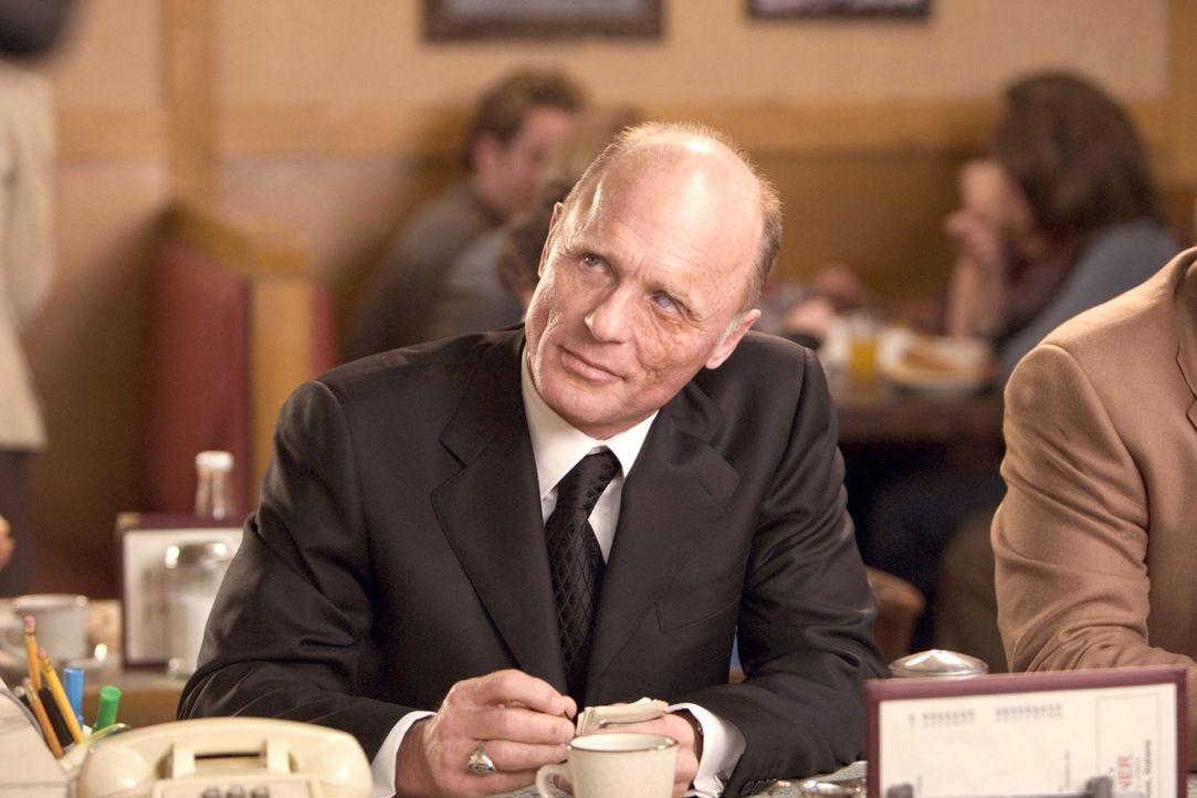 Der geheimnisvolle Carl Fogarty (Ed Harris) beginnt Toms Familie zu terrorisieren und verspricht ihm, dass sich sein Leben und das seiner Familien i... - Bildquelle: 2005 Warner Bros.