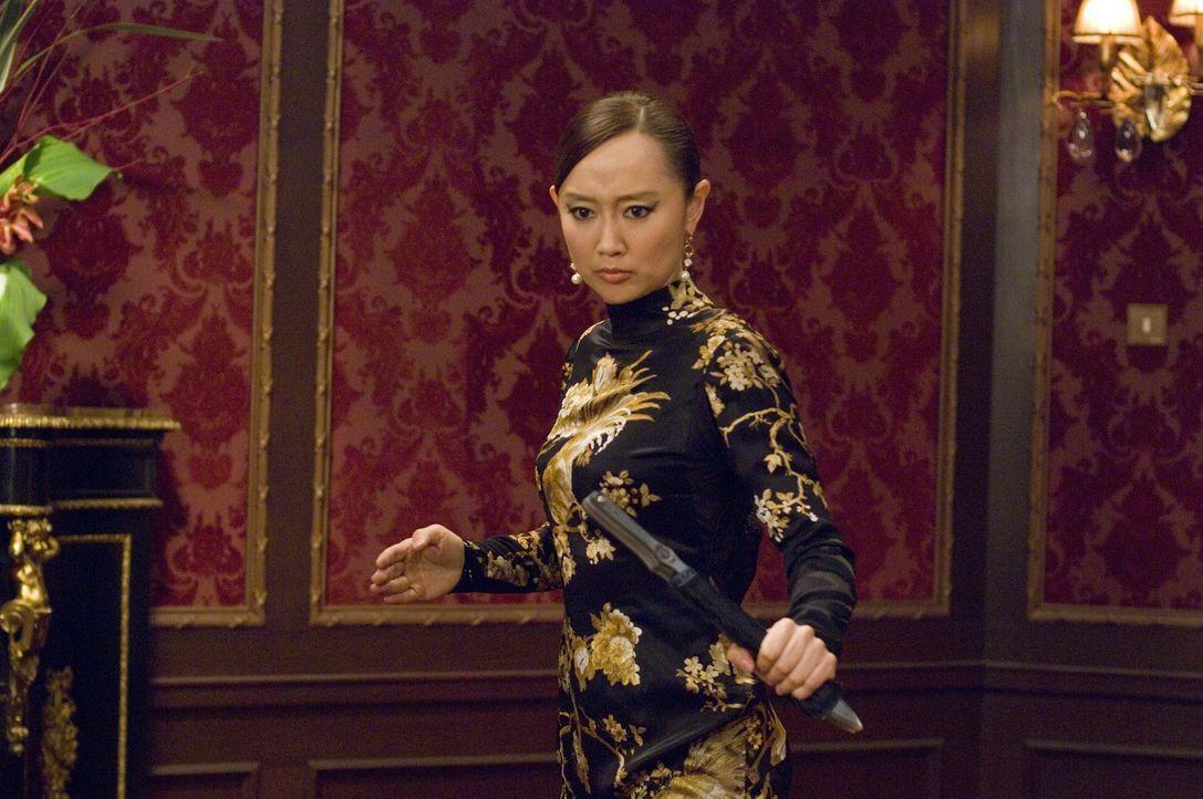 Plötzlich erscheint Botschafter Hans schöne Tochter Soo Yung (Zhang Jingchu) in Paris, um Lee und Carter das Versprechen abzunehmen, die Drahtzieh... - Bildquelle: Warner Bros.