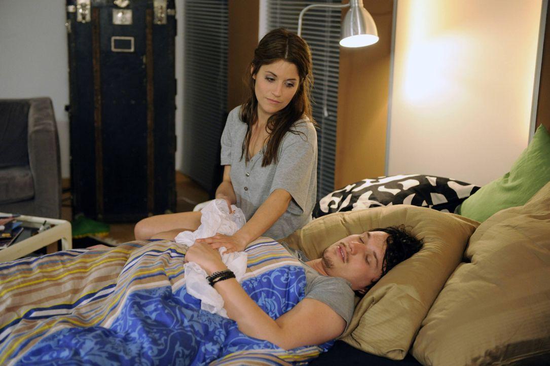 Wird Bea (Vanessa Jung, l.) sich tatsächlich davonschleichen während Ben (Christopher Kohn, r.) schläft? - Bildquelle: SAT.1
