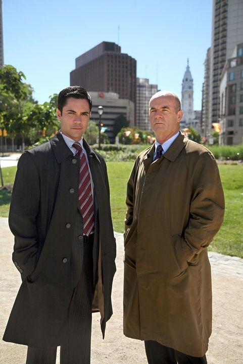 Versuchen, einen neuen Fall zu lösen: John (John Finn, r.) und Scott (Danny Pino, l.) ... - Bildquelle: Warner Bros. Television
