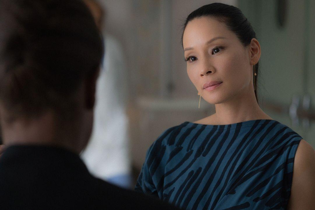 Watson (Lucy Liu) wird von einer Polizeibeamtin beschattet, die abschätzig auf Joan herabblickt ... - Bildquelle: Michael Parmelee 2015 CBS Broadcasting Inc. All Rights Reserved.