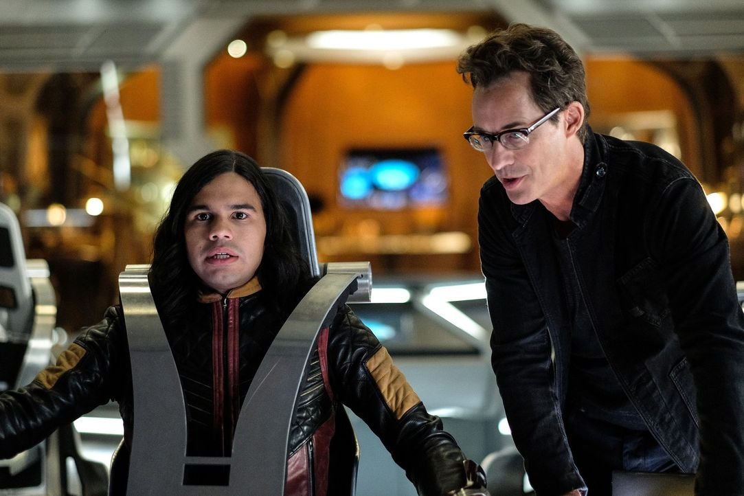 Cisco (Carlos Valdes, l.); Harry (Tom Cavanagh, r.) - Bildquelle: 2017 Warner Bros.