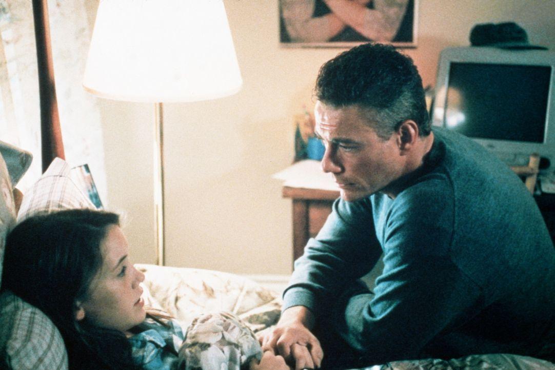 S.E.T.H. kennt keine Skrupel. Dies weiß auch sein Jäger Luc (Jean-Claude Van Damme, r.), der sich deshalb große Sorgen um seine Tochter Hillary (... - Bildquelle: Columbia TriStar Film GmbH