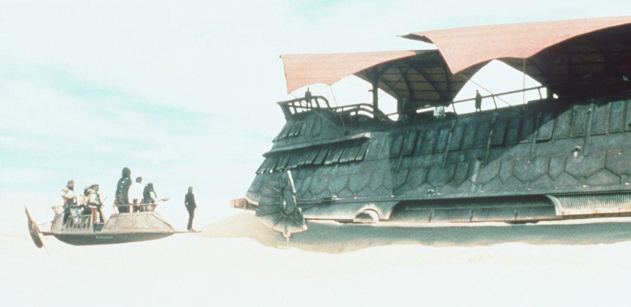 Hilflos sind Luke (Mark Hamill, l.), Han Solo (Harrison Ford, M.) und Chewbacca (Peter Mayhew, r.) Jabba the Hutt ausgeliefert ... - Bildquelle: Lucasfilm LTD. & TM. All Rights Reserved.