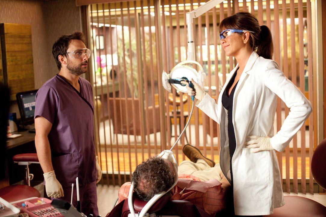 Wie weit wird Dale (Charlie Day, l.) wirklich gehen, um seine anzügliche Chefin Dr. Harris (Jennifer Aniston, r.) loszuwerden? - Bildquelle: 2011 Warner Bros.