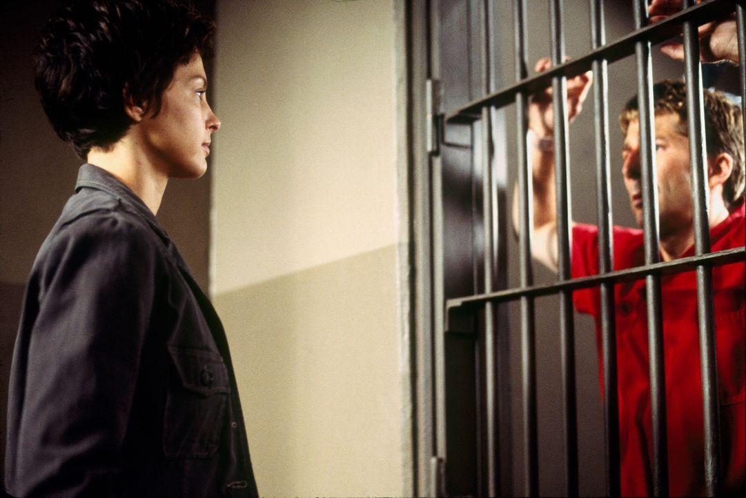 Im Zuge der Ermittlungen stattet die junge Polizistin Jessica Shepard (Ashley Judd, l.) dem Gefängnisinsassen Ray Porter (Leland Orser, r.) einen Be... - Bildquelle: Paramount Pictures
