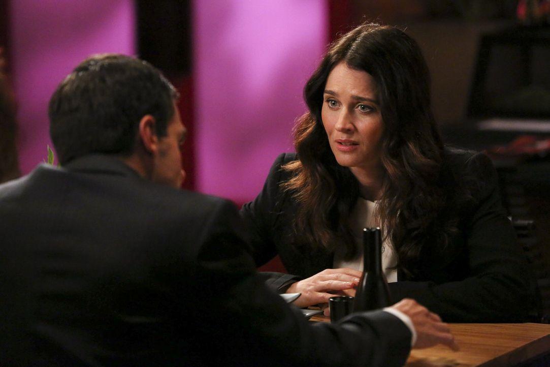 Wieder einmal soll die hübsche FBI-Agentin Teresa (Robin Tunney, r.) mit Rat und Tat zur Seite stehen. Doch ob sie Zarif (Navid Negahban, l.) dieses... - Bildquelle: Warner Bros. Television