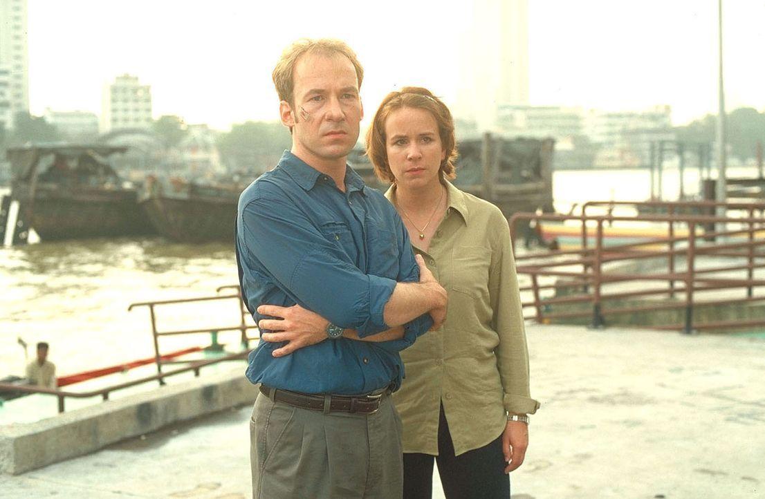 Noch ahnen Jana (Bettina Kupfer, r.) und Sven (Ulrich Noethen, l.) nicht, dass ihre spurlos verschwundene Tochter entführt wurde ... - Bildquelle: Manju Sawhney ProSieben