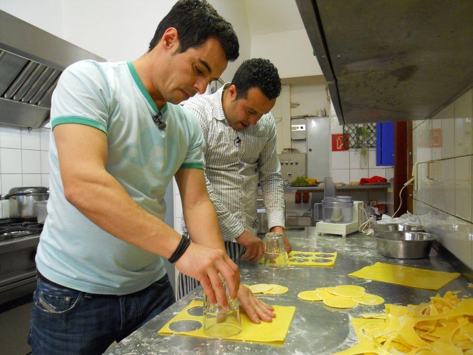 El Arbe Habib (l.) und sein Bruder Asis (r.) bereiten das zweite Testessen vor. - Bildquelle: kabel eins