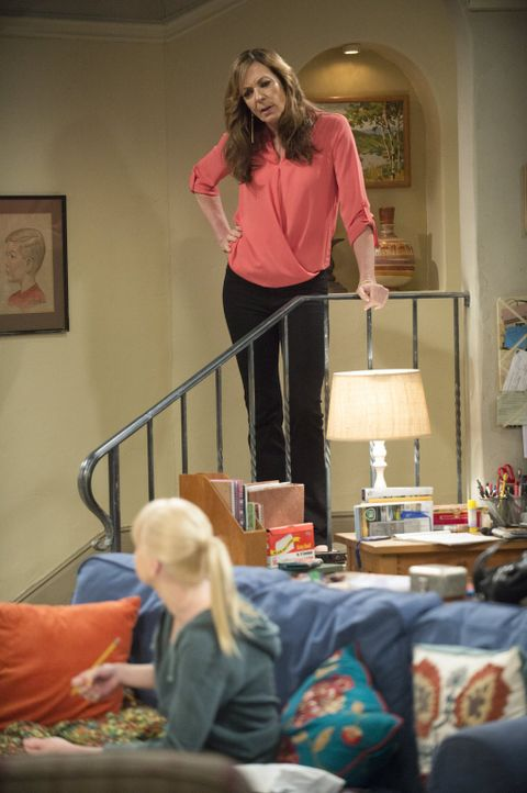 Nachdem Christy (Anna Faris, vorne) herausfindet, dass Bonnie (Allison Janney, hinten) einen Rückfall hatte, herrscht Streit zwischen Mutter und Toc... - Bildquelle: Warner Bros. Television