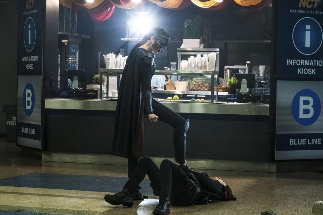 Würde Sam alias Reign (Odette Annable, l.) sogar Alex (Chyler Leigh, r.) verletzen, um die zweite Weltenkillerin zu retten? - Bildquelle: 2017 Warner Bros.