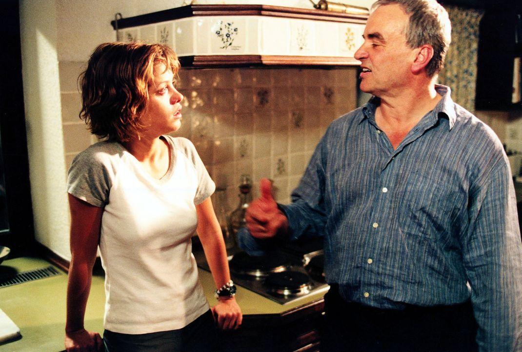 Jenny (Muriel Baumeister, l.) und ihr alkoholisierter Vater (Walter Kreye, r.) streiten sich in der elterlichen Küche ... - Bildquelle: Sonja Trümper Sat.1