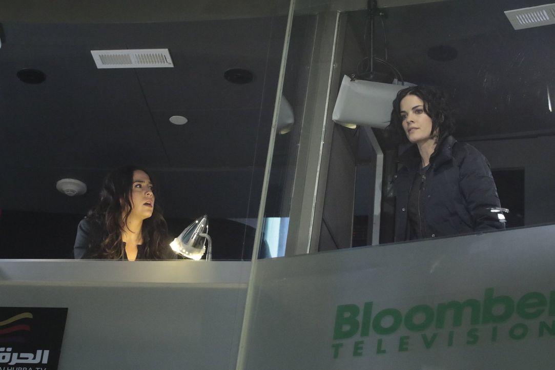 Haben Jane (Jaimie Alexander, r.) und Zapata (Audrey Esparza, r.) noch eine Chance, den Terroristen zu stoppen, der die Börse vergasen will? - Bildquelle: Warner Brothers