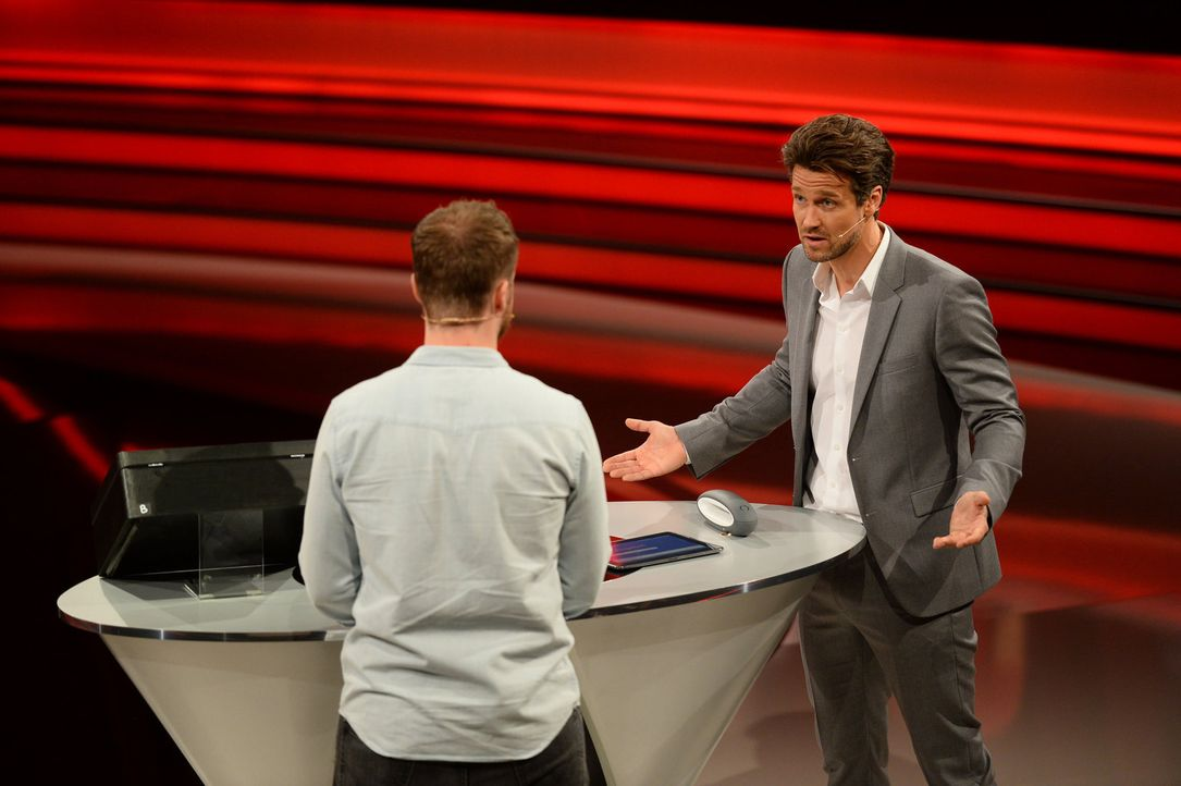 Wayne Carpendale (r.) fragt seinen Kandidaten Winfried (l.): Deal or no Deal? - Bildquelle: Willi Weber SAT.1