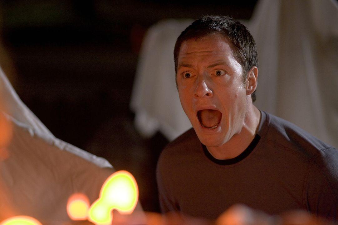 Weil seine Freundin schwer genervt von Halloween ist, bläst sie die Kerze in dem im Garten aufgestellten Kürbis aus. Für Henry (Tahmoh Penikett) und... - Bildquelle: 2007   Warner Brothers