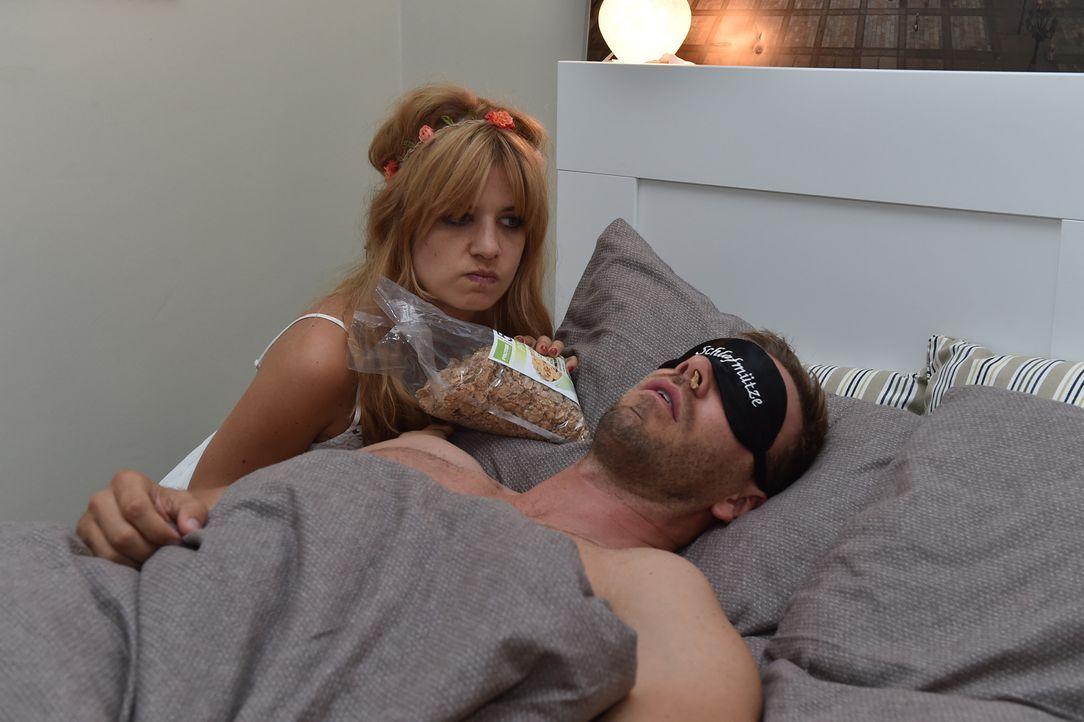 Als sich Mila (Susan Sideropoulos, l.) auf den Casual-Sex mit Ralph (Dominic Boeer, r.) einlassen will, wird sie ausgebremst. Der Narzisst braucht s... - Bildquelle: Andre Kowalski SAT.1