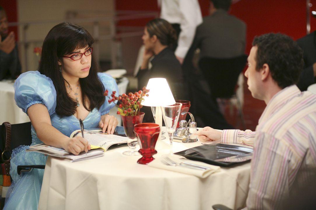 """Betty (America Ferrera, l.) bekommt von Daniel den Auftrag, eine Hotelkritik zu schreiben. Aus diesem Grunde darf sie das Wochenende im """"50 Prince""""... - Bildquelle: Buena Vista International Television"""