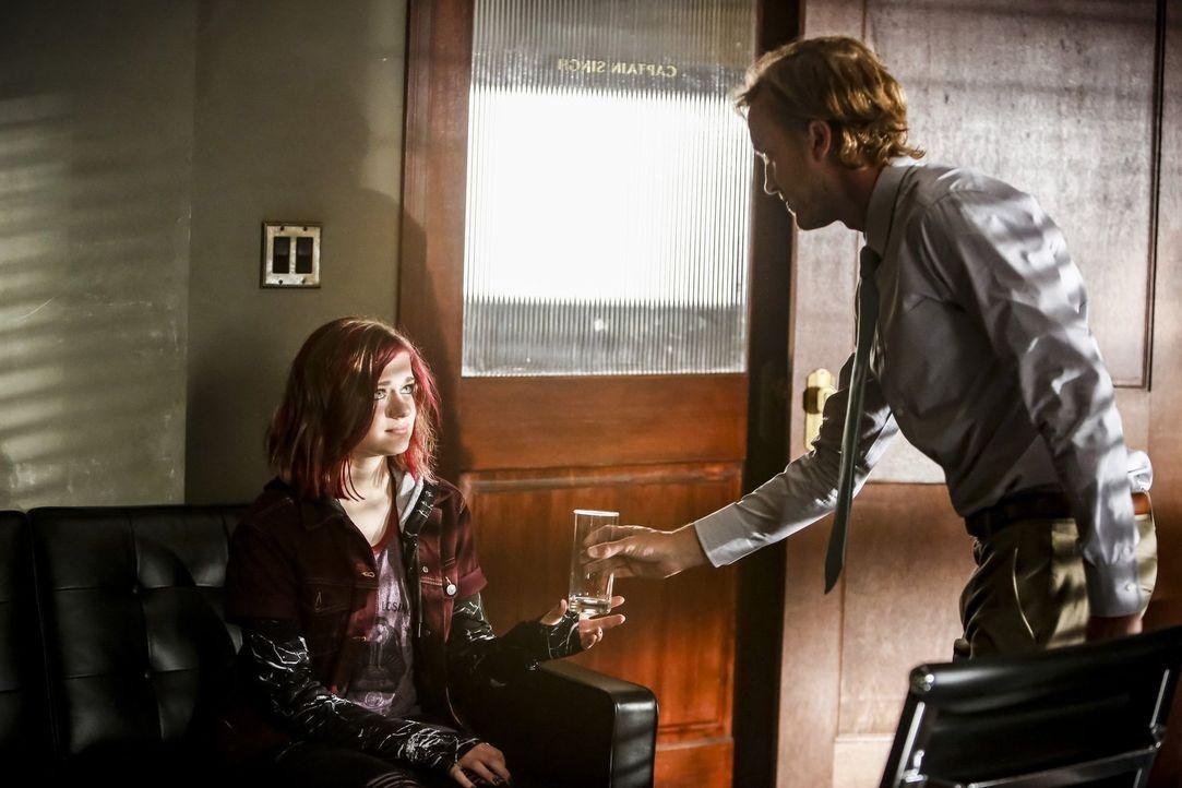 Hat Julian Albert (Tom Felton, r.) den richtigen Riecher und erkennt, vor allen anderen, dass in Frankie Kane (Joey King, l.) ein gefährliches Metaw... - Bildquelle: 2016 Warner Bros.