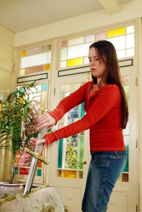 Als Vermächtnis erhält Piper (Holly Marie Combs) von der Lady vom See ein Schwert, das in einem Stein steckt ... - Bildquelle: Paramount Pictures.