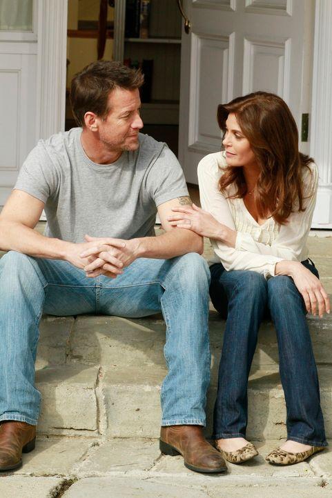 Noch ahnen Susan (Teri Hatcher, r.) und Mike (James Denton, l.) nicht, das sich ihr Leben bald ändern wird ... - Bildquelle: Touchstone Pictures