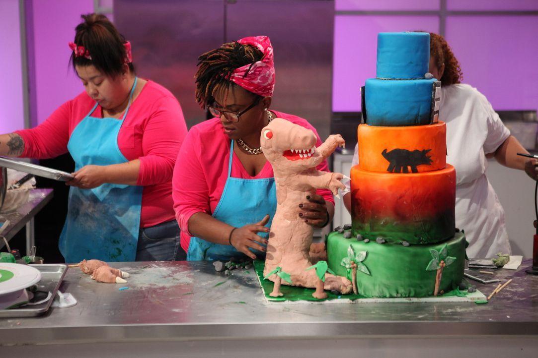 Die Torte von Tiffany Davis (r.) und ihrer Assistentin soll nicht nur durch den außergewöhnlichen Farbverlauf glänzen, sondern auch die Dinosauriers... - Bildquelle: 2016,Television Food Network, G.P. All Rights Reserved