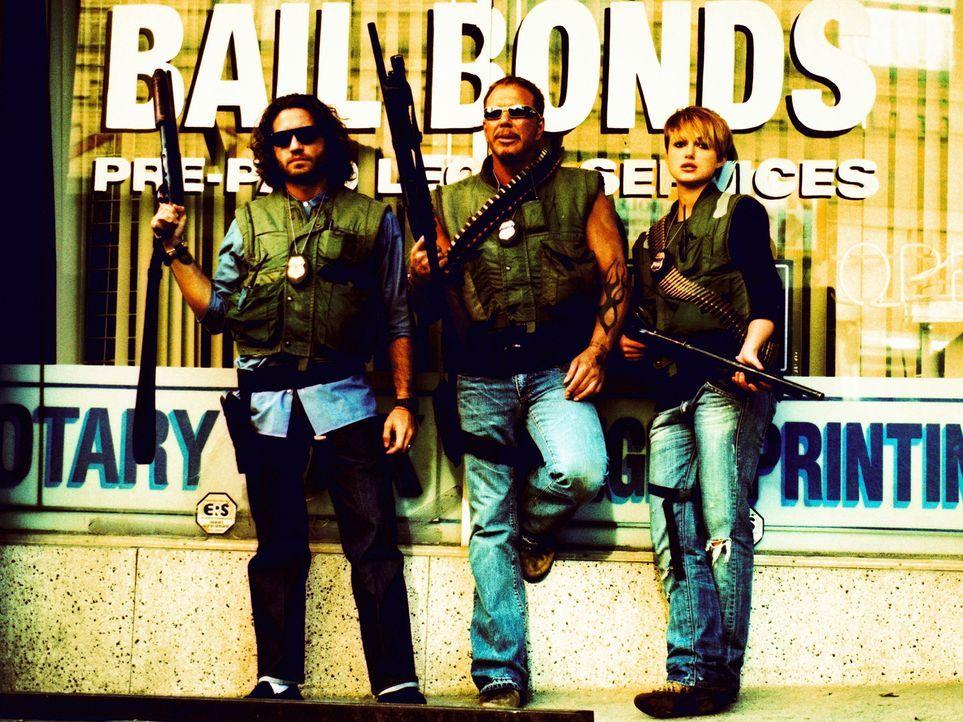 """Choco (Edgar Ramirez, l.), Ed (Mickey Rourke, M.) und Domino (Keira Knightley, r.) bilden den legendären """"Bounty Squad"""", eine Gruppe Kopfgeldjäger.... - Bildquelle: Constantin Film"""
