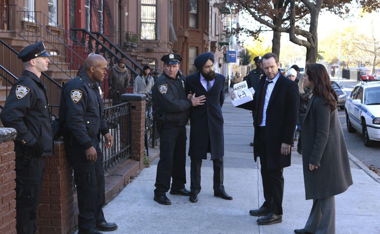 Ein Bombenanschlag auf eine Moschee sorgt bei den Muslimen im Viertel für Aufruhr. Danny (Donnie Wahlberg, 2.v.r.) und Baez (Marisa Ramirez, 1.v.r.)... - Bildquelle: 2013 CBS Broadcasting Inc. All Rights Reserved.