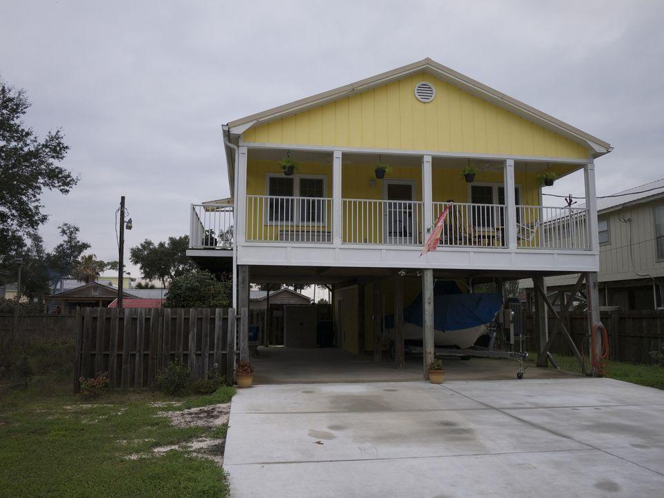 Auf Maklerin Joy Sullivan wartet ein komplizierter Auftrag. Nicht nur, dass in Orange Beach ein bezahlbares Haus direkt am Strand finden soll, sie m... - Bildquelle: 2014, HGTV/Scripps Networks, LLC. All Rights Reserved.