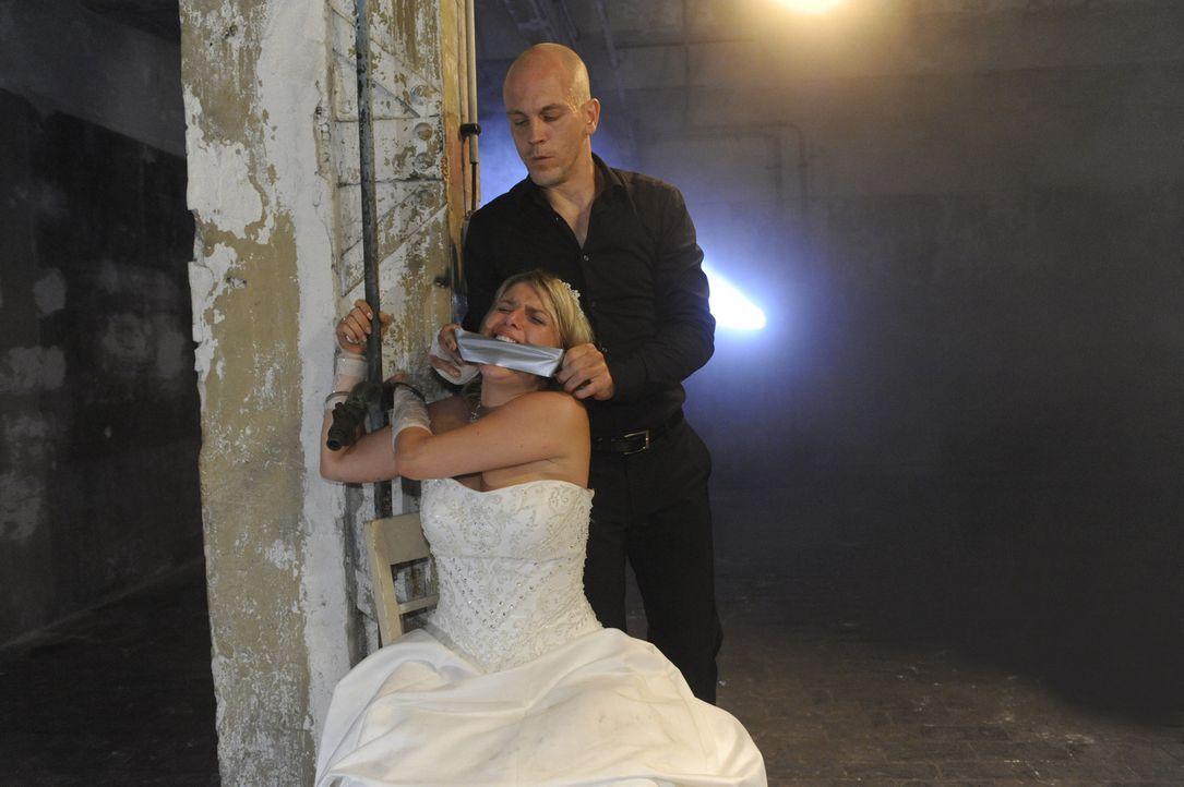 Als Gerrit (Lars Löllmannn, hinten) Anna (Jeanette Biedermann, vorne) und Jonas von ihrer eigenen Märchenhochzeit entführt, beginnt ein schreckli... - Bildquelle: SAT.1