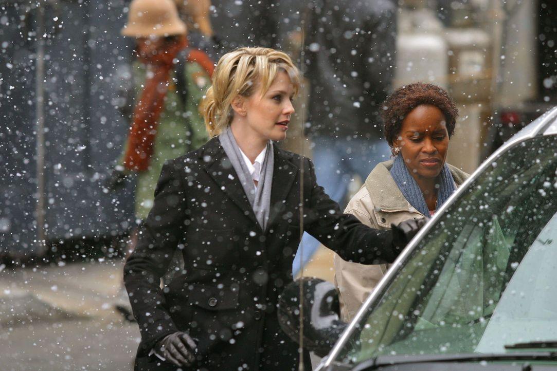 In Philadelphia ist der Winter ausgebrochen. Doch ein Schneesturm ist für Det. Lilly Rush (Kathryn Morris, l.) noch lange kein Grund, ihren aktuelle... - Bildquelle: Warner Bros. Television
