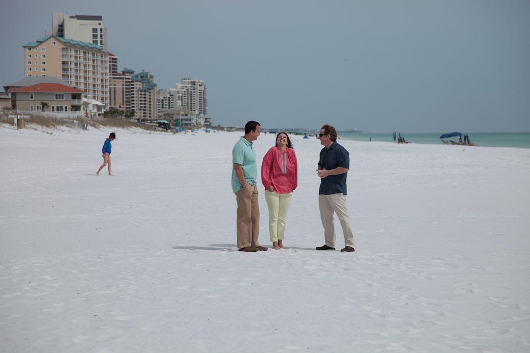 Der Blue Mountain Beach hat es Dino (l.) und Chrissy (M.) angetan und sie wollen dort endlich ein Ferienhaus kaufen. Findet der Immobilienmakler Cla... - Bildquelle: 2014, HGTV/Scripps Networks, LLC. All Rights Reserved.