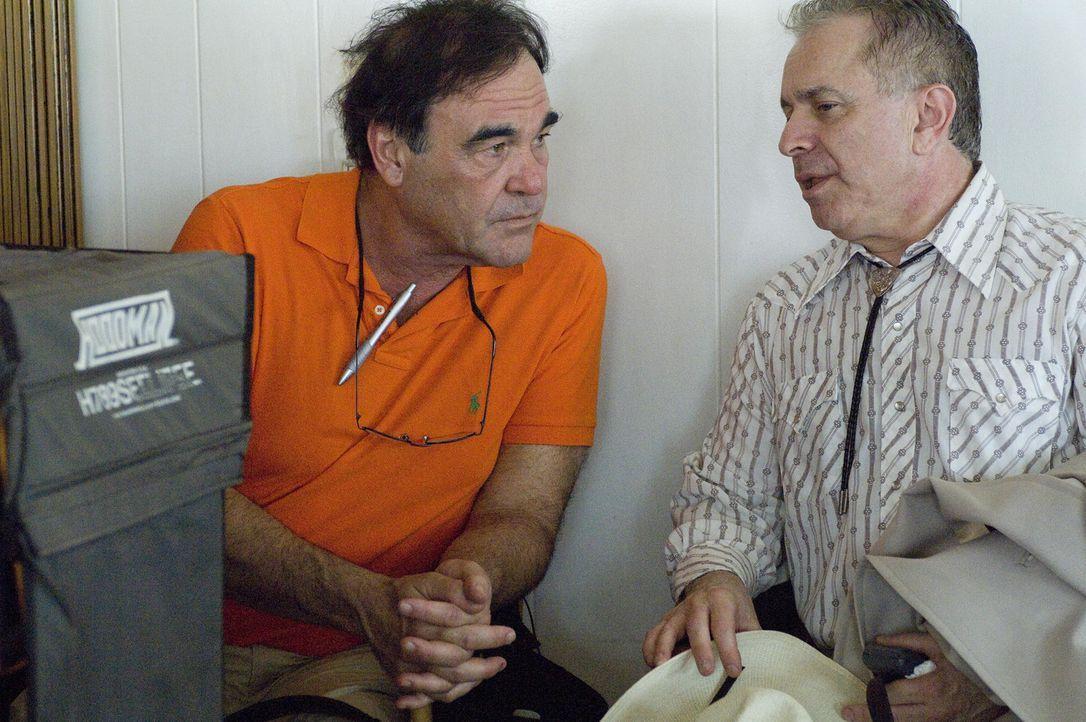 Regisseur Oliver Stone mit dem Drehbuchautoren Stanley Weiser ... - Bildquelle: Sidney Ray Baldwin 2008 Lionsgate Entertainment. All Rights reserved.