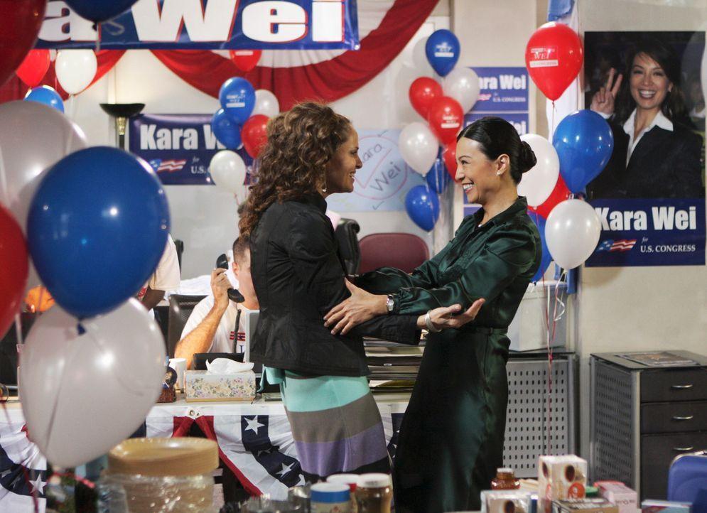 Violets beste Freundin aus Collegetagen, Kara (Ming-Na, r.), bittet um einen Gefallen. Dafür müsste Violet (Amy Brenneman, l.) allerdings gegen das... - Bildquelle: ABC Studios