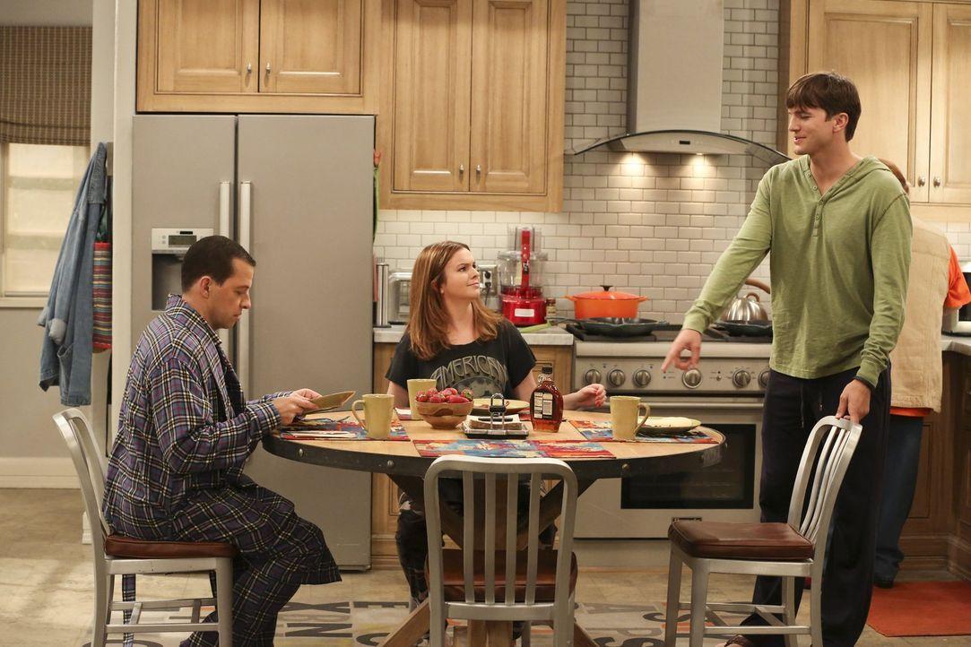 Als Walden (Ashton Kutcher, r.) und Alan (Jon Cryer, l.) Schwulenwitze reißen, macht Jenny (Amber Tamblyn, M.) sie darauf aufmerksam, dass die beim... - Bildquelle: Warner Brothers Entertainment Inc.