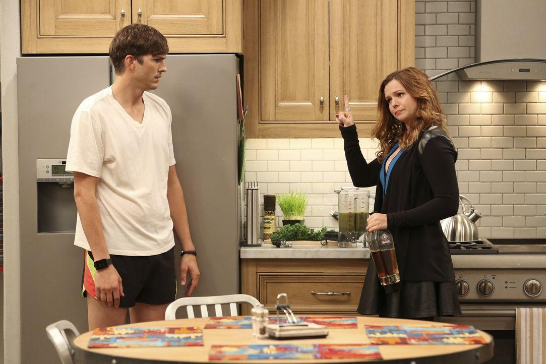 Da sich Walden (Ashton Kutcher, l.) in seinem eigenem Haus eingeengt fühlt, muss sich Alan etwas einfallen lassen, denn entweder er oder Jenny (Ambe... - Bildquelle: Warner Brothers