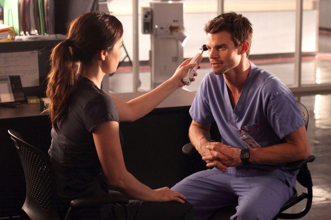 Ein Patient hat einen höchst ansteckenden Virus in das Hospital gebracht. Haben sich Dr. Alex Reid (Erica Durance, l.) und Dr. Joel Goran (Daniel Gi... - Bildquelle: 2012  Hope Zee One Inc.