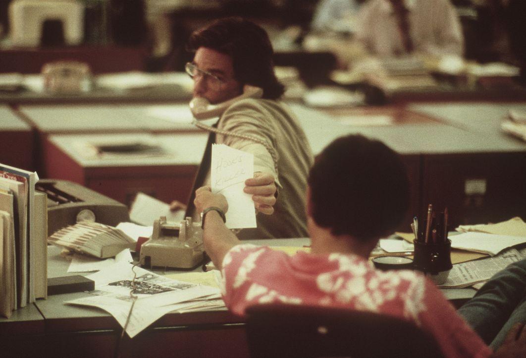 Christine (Mariel Hemingway, r.) warnt ihren Freund Malcolm (Kurt Russell, l.) vergeblich davor, sich zum Sprachrohr des Killers machen zu lassen ... - Bildquelle: Orion Pictures Corporation