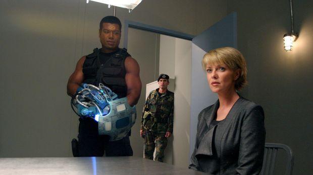Eine Replikantin von Sam Carter (Amanda Tapping, r.) berichtet dem SG-1-Team,...