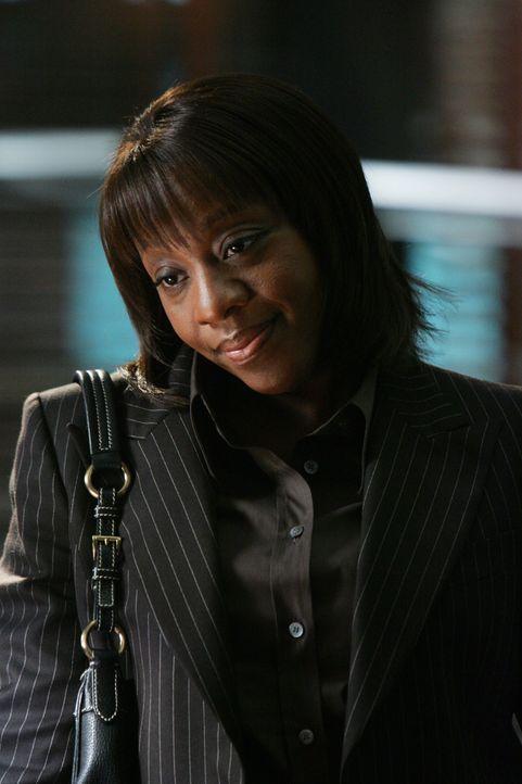 Vivian Johnson (Marianne Jean-Baptiste) ist äußerst talentiert im Verhandeln und versteht es in den richtigen Situationen kühl zu bleiben. - Bildquelle: Warner Bros. Entertainment Inc.