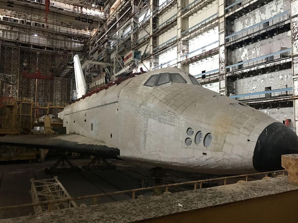 """Heute greift Evil Jared Hasselhoff nach der Krone der """"Lost-Place""""-Jäger. In den gewaltigen Hangars des Weltraumbahnhofs in Baikonur rostet das Raum... - Bildquelle: ProSieben Maxx"""