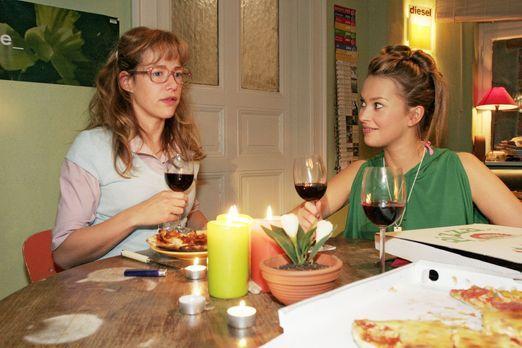 Verliebt in Berlin - Hannah (Laura Osswald, r.) und Yvonne schlagen Lisa (Ale...