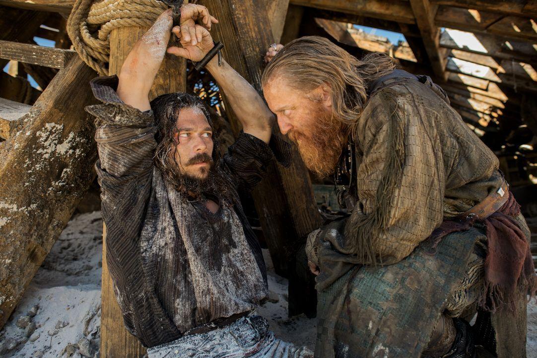 Was hat Israel Hands (David Wilmot, r.) mit John Silver (Luke Arnold, l.) nur vor? - Bildquelle: David Bloomer 2017 Starz Entertainment, LLC