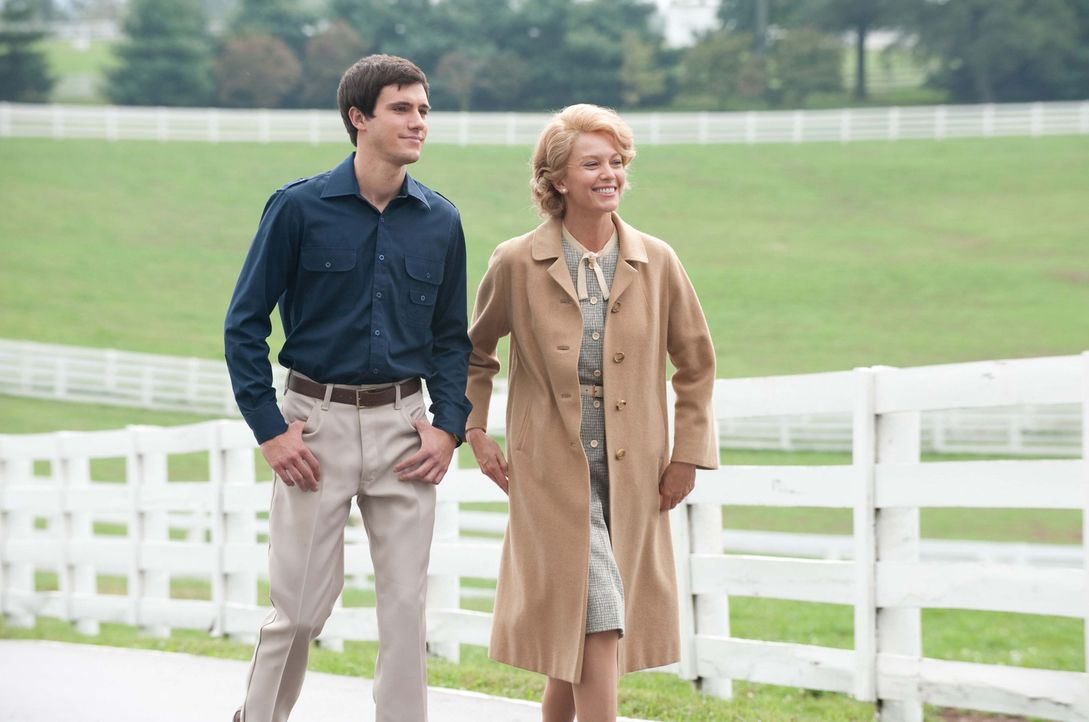 Seth (Drew Roy, l.) und Penny (Diane Lane, r.) sind vom talentierten Vierbeiner Sectretariat überzeugt. Er soll den ersten Triple Crown seit 25 Jahr... - Bildquelle: John Bramley Disney Enterprises, Inc.  All rights reserved
