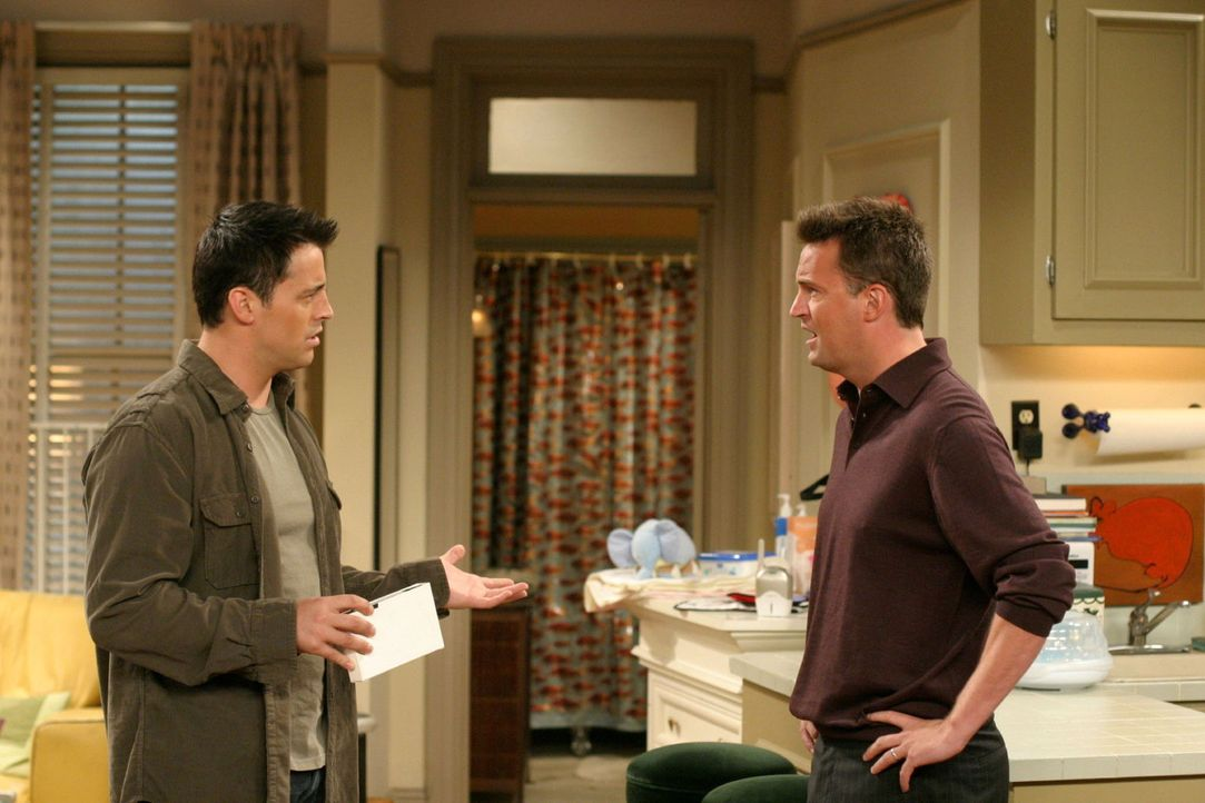 Joey (Matt LeBlanc, l.) ist stinksauer, nachdem er raus gefunden hat, dass Chandler (Matthew Perry, r.) ihn derart belogen hat ... - Bildquelle: 2003 Warner Brothers International Television