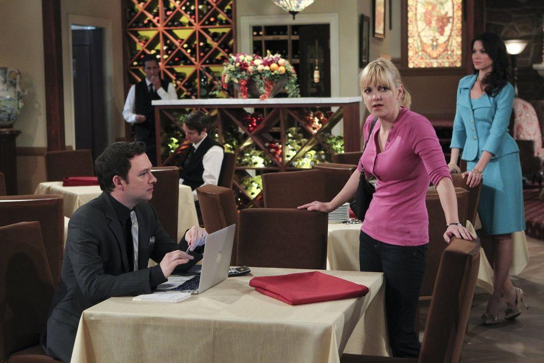 Gerade will Christy (Anna Faris, M.) ihrem Chef Gabriel (Nathan Corddry, l.) ihr Herz ausschütten, da taucht plötzlich dessen Frau Claudia (Courtney... - Bildquelle: Warner Bros. Television