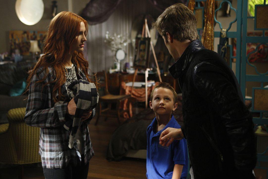 Mit Violets (Ashlee Simpson, l.) Hilfe versteckt David (Shaun Sipos, r.) seinen Stiefbruder Noah - doch ist es wirklich nur sein Stiefbruder? - Bildquelle: 2009 The CW Network, LLC. All rights reserved.