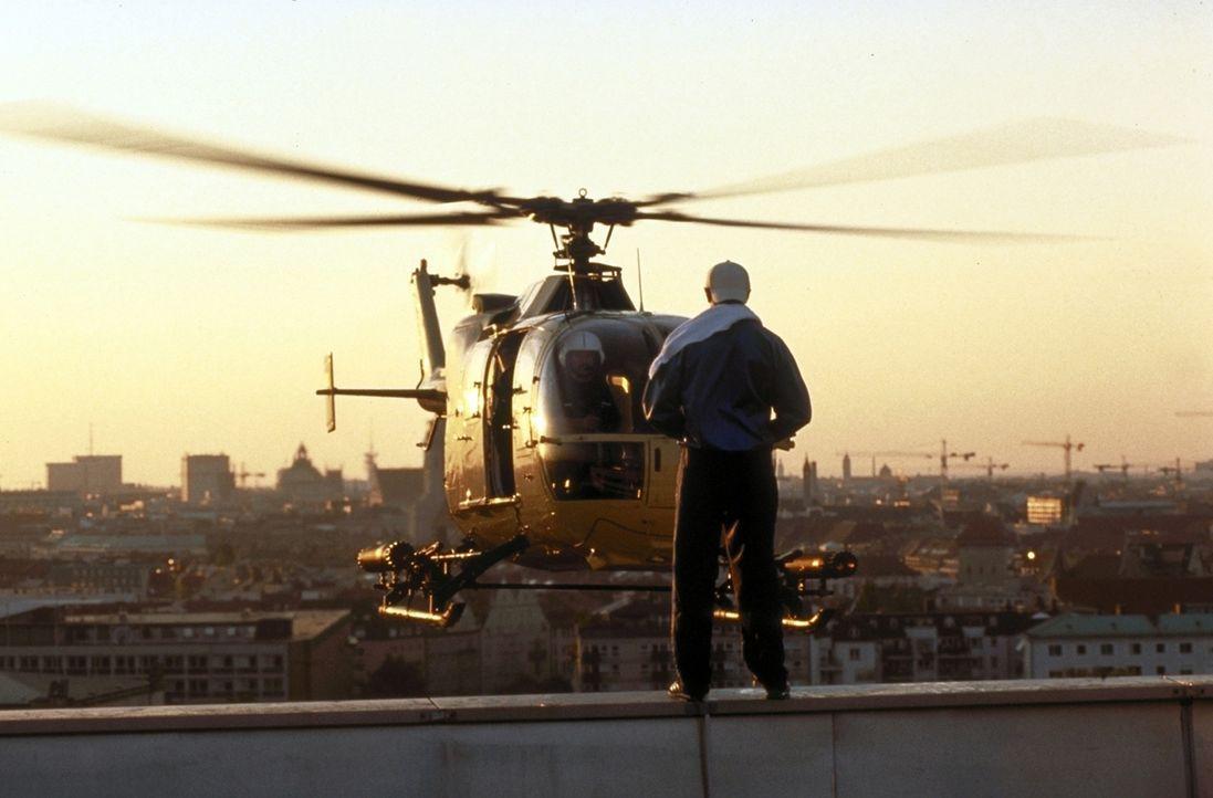 Beim Pinkeln vom Hochhausdach wird Stefan (Stefan Lust) von einem Hubschrauber überrascht ... - Bildquelle: Constantin Film