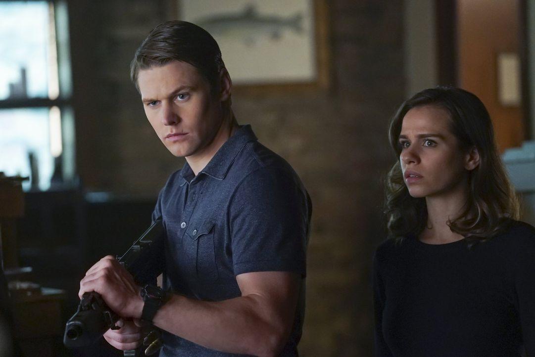 Zusammen mit Penny (Ana Nogueira, r.) will Matt (Zach Roerig, l.) Mystic Falls endlich von der Vampirplage befreien. Das gefällt Julian ganz und gar... - Bildquelle: Warner Bros. Entertainment, Inc.