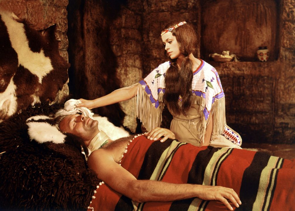 Winnetous Schwester Nscho-Tschi (Marie Versini, r.) kümmert sich fürsorglich um den bei einem Überfall schwer verletzten Old Shatterhand (Lex Bar... - Bildquelle: Columbia Pictures