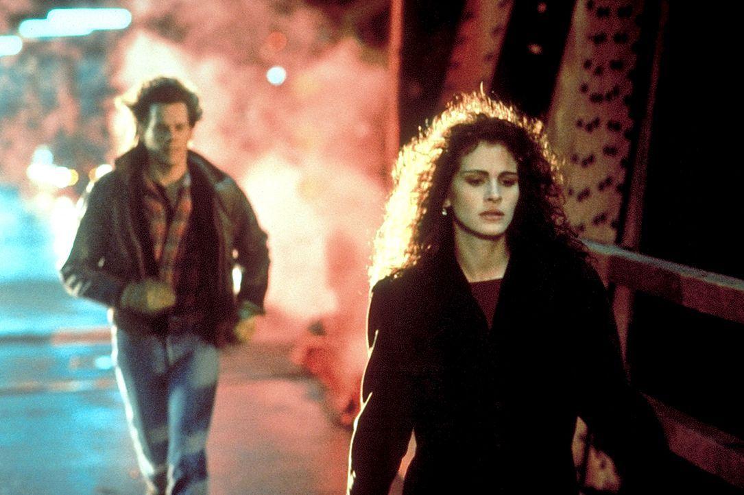 Labraccio (Kevin Bacon, l.) macht sich große Sorgen um Rachel (Julia Roberts, l.), die seit dem Experiment völlig verstört ist ... - Bildquelle: Columbia Pictures